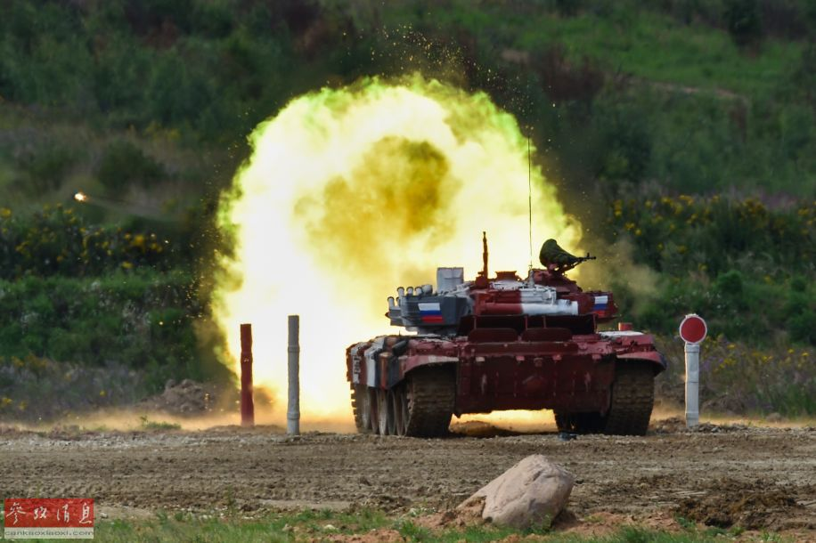 俄军代表队的T-72B3坦克使用125毫米主炮开火打靶瞬间。