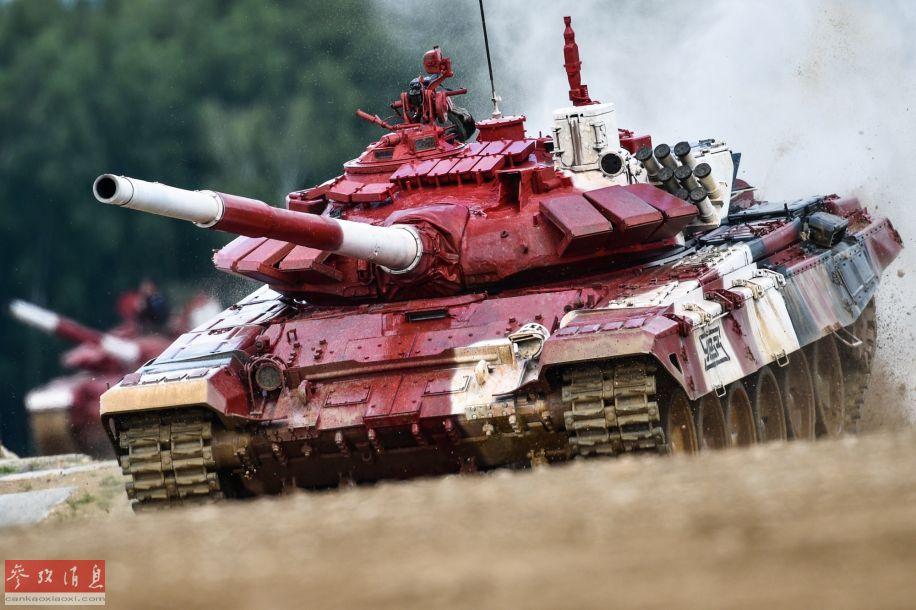 越野行驶中的俄军T-72B3坦克特写照。