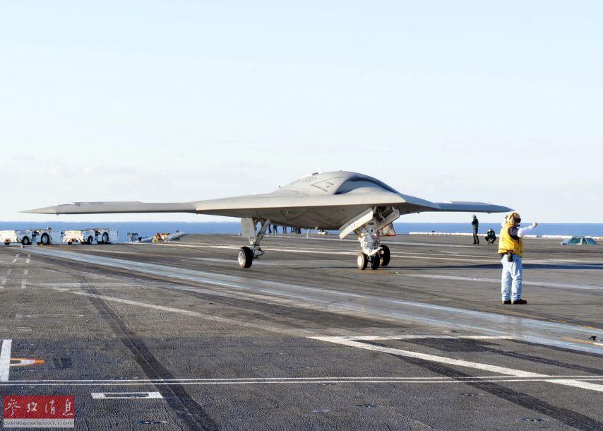 美军于2011年首飞的X-47B舰载隐身无人战机也采用飞翼设计。图为美军X-47B上舰测试资料图。
