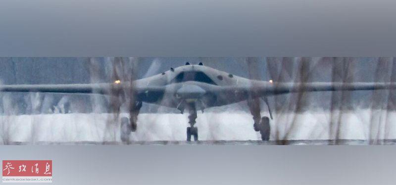 """""""猎人""""采用了类似美军B-2隐身轰炸机及X-47B无人战机的飞翼布局,以及世界无人战机主流的""""机背式进气道""""。根据俄媒公开数据,""""猎人""""全重20吨、最大航程3500公里、最大平飞速度920公里、升限10500米,在不加油的情况下可飞行超过一天。"""