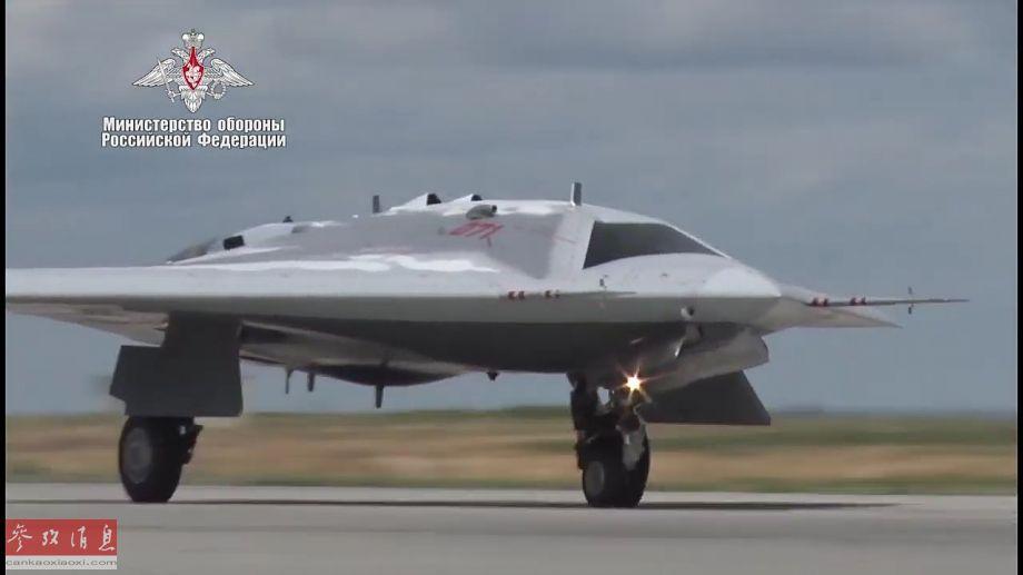 """8月3日,由俄罗斯苏霍伊设计局研发的、S-70""""猎人""""重型无人隐身战机原型机于当日成功首飞。该机以600米飞行高度,在机场上空成功完成了多次盘旋飞行。图为""""猎人""""无人战机起飞滑跑瞬间。(图片来源:俄国防部)29"""