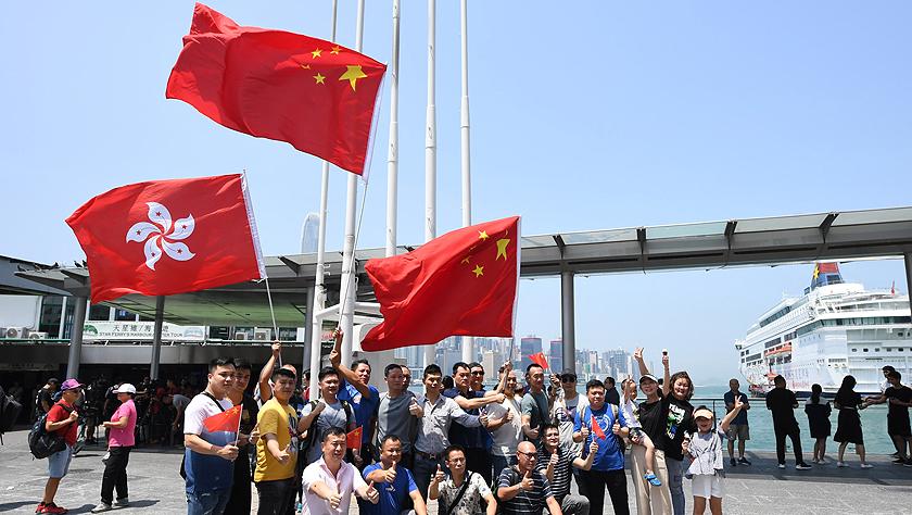 特寫:香港市民自發集會守護五星紅旗