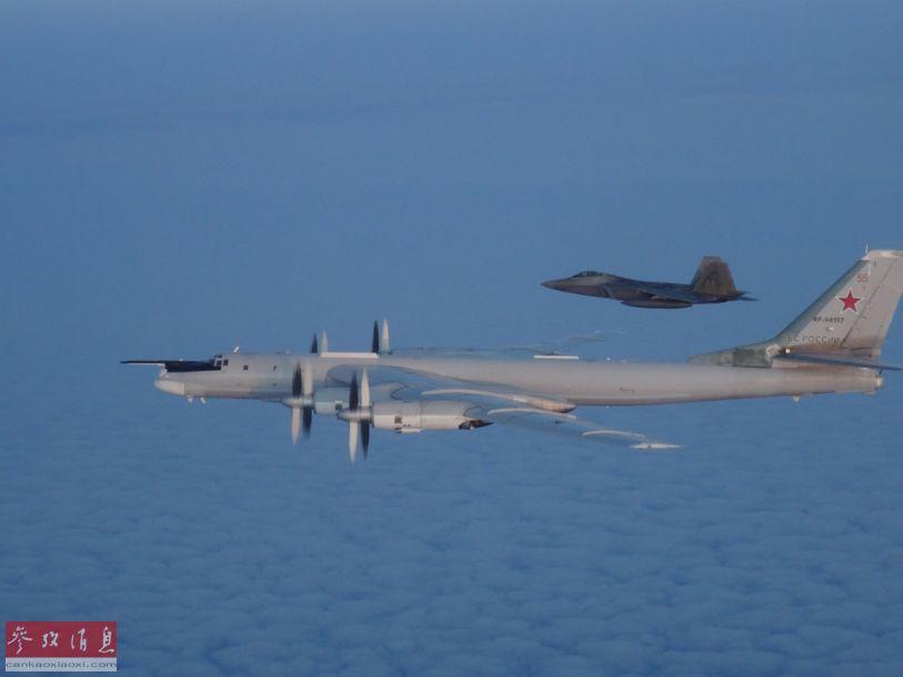 """对于这种自冷战时期起就不断""""来访""""的图-95(1956年服役)""""老将""""来说,美军F-22几乎都可以算是""""孙辈""""战机了。"""