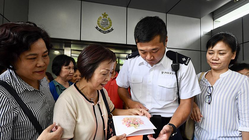 """特寫:""""阿sir加油""""——香港市民自發集會支持警方"""