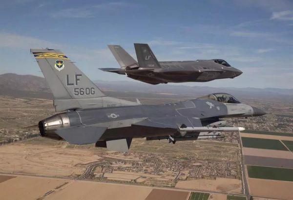 F-35与F-16编队飞行。(美国空军网站)