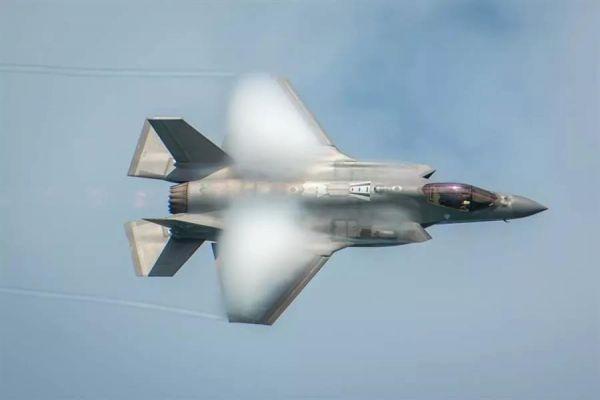 F-35战机在航空展上表演。(美国空军网站)