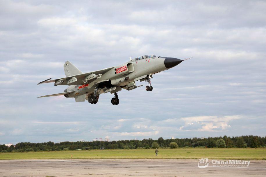 """作为俄罗斯""""国际军事比赛""""的重要组成部分之一,""""航空飞镖-2019""""多国空军比武已于8月5日在位于俄罗斯中部梁赞州的杜布罗维奇训练机场开幕,俄罗斯、中国、哈萨克斯坦和白俄罗斯四国空军代表队参赛。图为参赛的中国空军歼轰-7战斗轰炸机。(中国军网)23"""