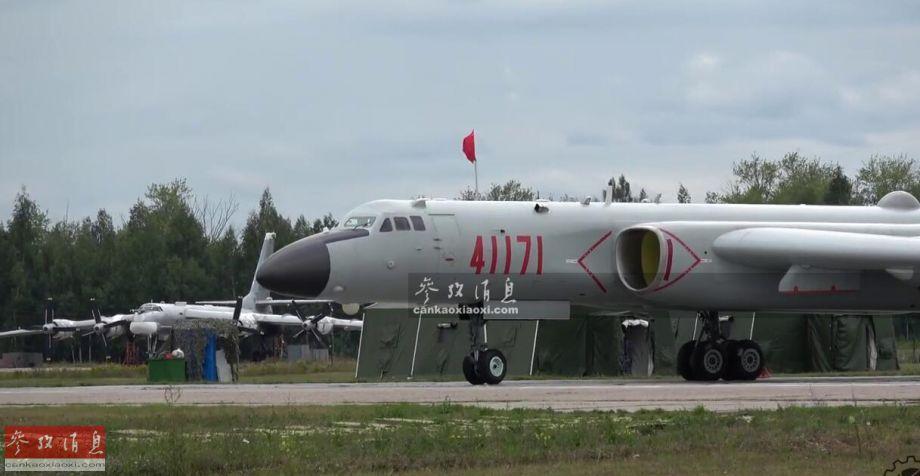 图为中国空军轰-6K(近)与俄军图-95MS战略轰炸机同框。