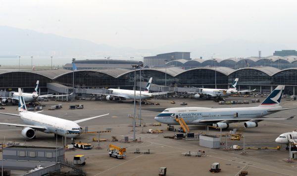图为停靠在香港国际机场的国泰航机。(资料图片,新华社记者黄本强摄)
