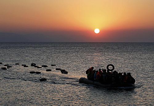"""<b>变废为""""包"""":难民充气船在这里重获新生</b>"""