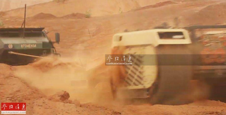"""如果单看上图,很容易误认为是某大型装甲抢修车在救援17吨级""""狐""""装甲车,但实际这一""""抢修车""""的全重还不到一吨(全重约850公斤),这就是爱沙尼亚陆军装备的""""忒弥斯""""(THeMIS,取自希腊神话中的""""正义女神"""")多功能无人战车,其正在马里(西非)进行实战测试。图为""""忒弥斯""""无人战车帮助""""狐""""装甲车脱困。17"""