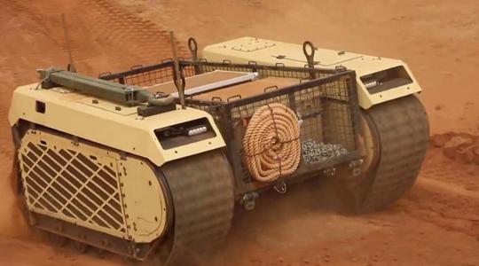 车小力大!无人战车沙漠救助17吨装甲车