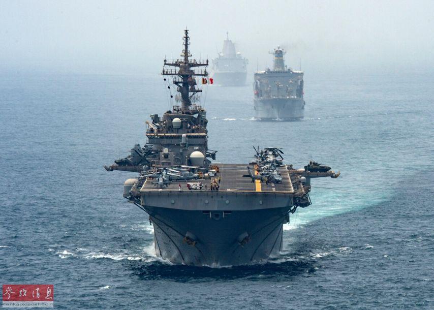 """8月12日拍摄的、正在通过霍尔木兹海峡的美海军""""拳师""""号(LHD-4)两栖攻击舰编队。"""