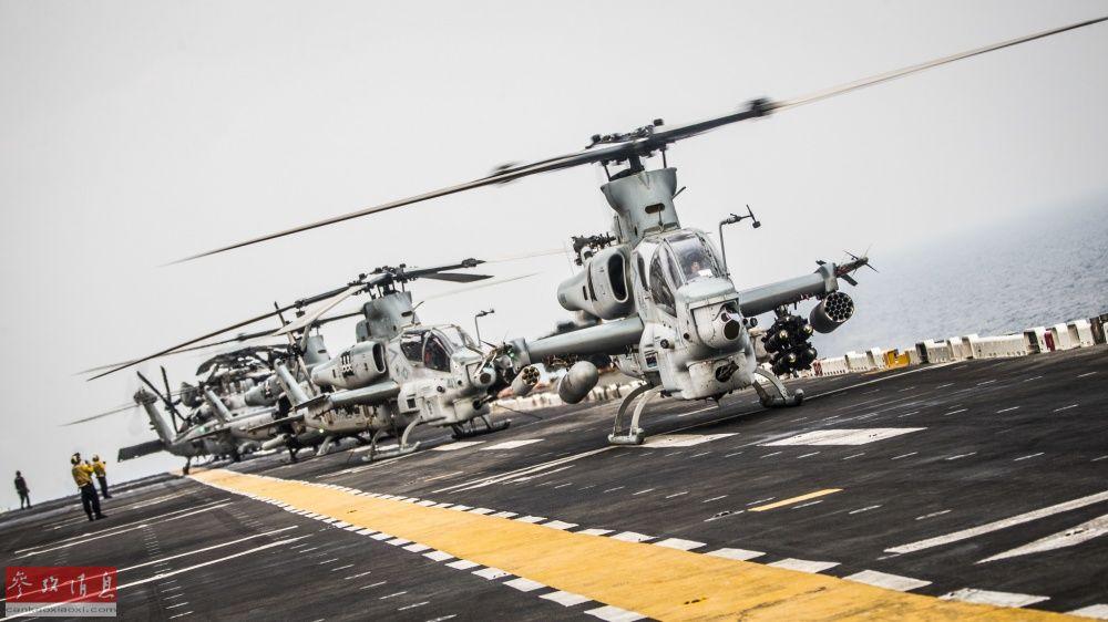 """在""""拳师""""号飞行甲板上一字排开、准备起飞的美海军武直机群。"""