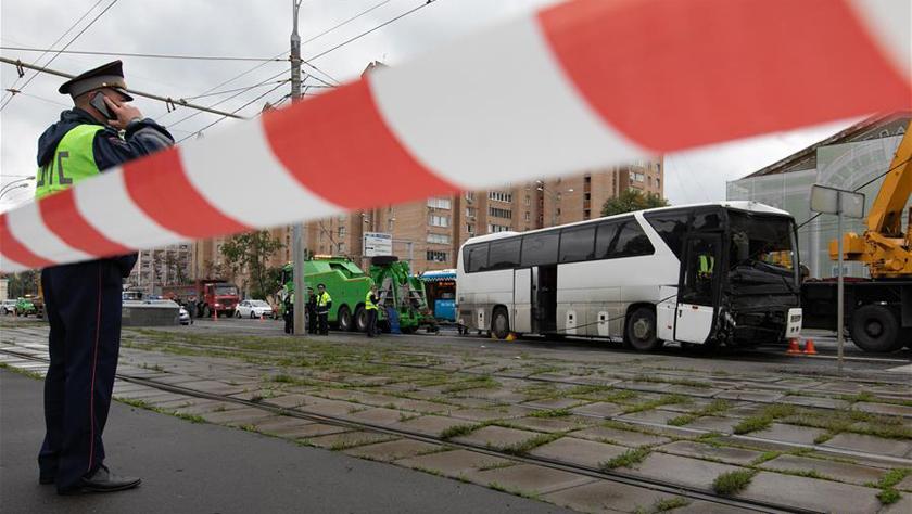 一载有中国游客大巴在莫斯科发生交通事故致10余人受轻伤