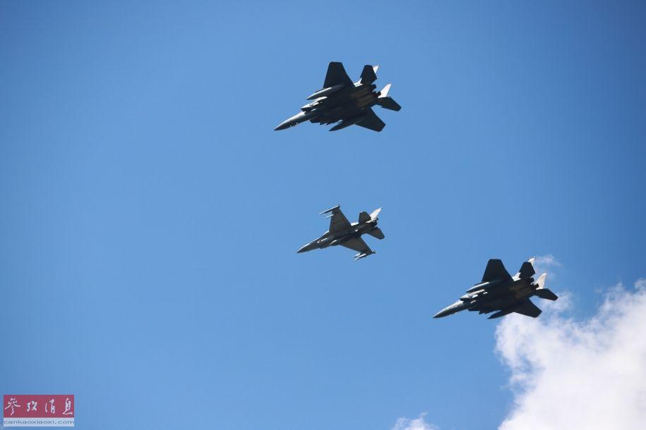波兰空军F-16战机与美国空军F-15E战斗轰炸机组成联合编队低空通场。
