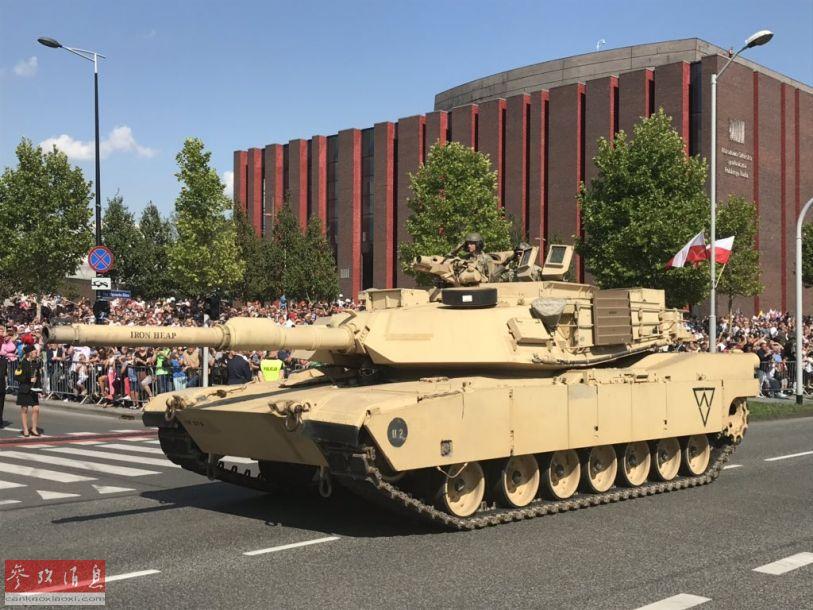 参加阅兵的美国陆军M1A2主战坦克。