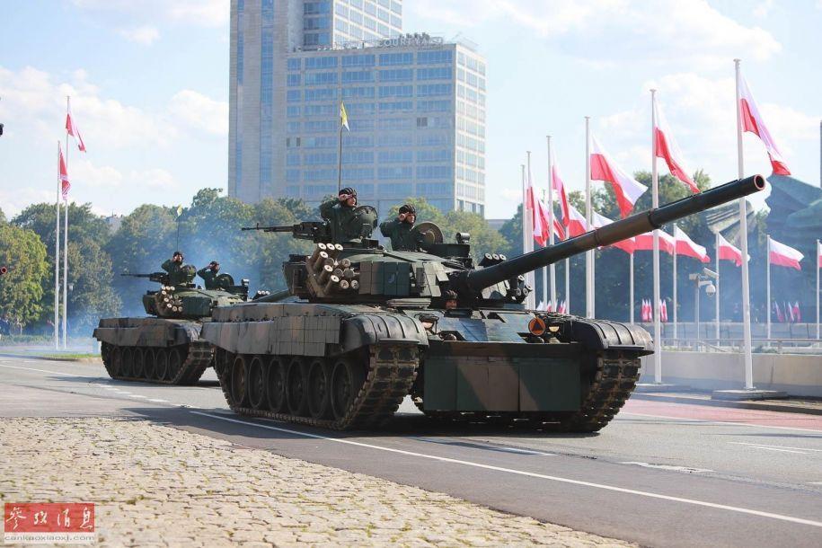 据波兰国防部8月15日消息称,波兰军方当天在位于该国南部的卡托维兹举行盛大阅兵式,除波兰军方出动大批武器装备外,美军也派出了M1A2主战坦克、F-15E战斗轰炸机等装备参加,针对俄罗斯意味明显。图为参加阅兵的波兰陆军PT-91主战坦克。8