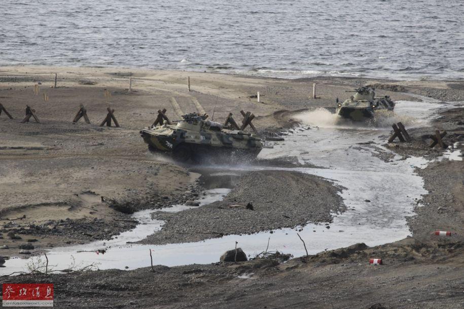 俄军参演BTR-82A轮式战车进行抢滩登陆演练。