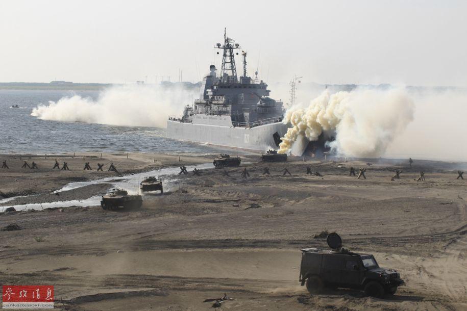 据俄国防部网站报道称,8月17日,俄罗斯海军北方舰队在位于俄北部、北极圈内的泰梅尔半岛举行了大规模两栖登陆演习,出动了包括4000吨级的蟾蜍级大型登陆舰,大批两栖装甲车辆、俄海军陆战队、北极机动步兵团及空降部队等大批军力。值得一提的是,这是蟾蜍级登陆舰首次参加该地区演习。图为蟾蜍级登陆舰滩头卸载多辆装甲车。5
