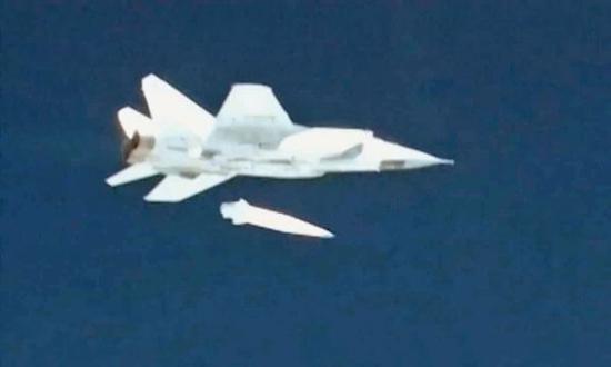 """资料图:米格-31战斗机发射""""匕首""""的瞬间。(俄罗斯国防部视频截图)"""