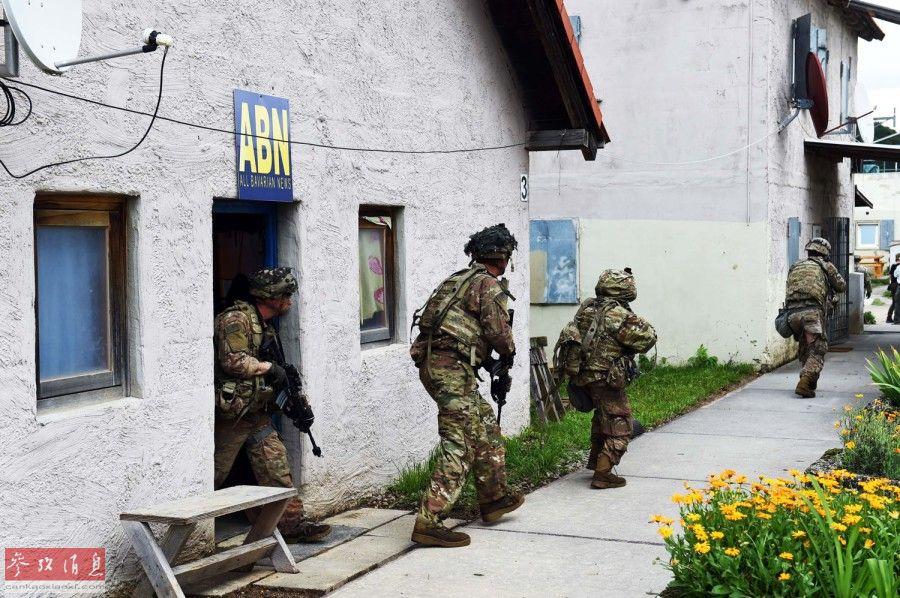 """德国霍恩费尔茨""""多国联合战备中心""""内,一队美军宪兵在进入一座""""欧洲小城""""时,突然遭到多股""""敌军""""(由美军和波黑士兵组成)火力伏击,场面酷似实战。实际上,这是代号""""联合决心-12""""多国联合军演中的一幕训练场景,有包括美军在内的21个国家军队的约5000名官兵参加了此次为期4周的联演,旨在训练参演部队面对危机(巷战伏击)的快速反应能力。2"""