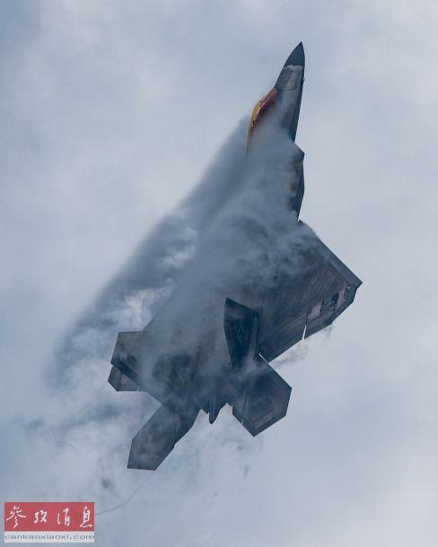 F-22高速爬升瞬间特写,可见机体大过载爬升时产生的脱体涡流。