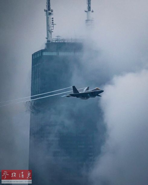 """8月19日,在美国芝加哥举行的""""国家航空日""""庆典上,美空军F-22""""猛禽""""隐身战斗机进行单机特技飞行表演。尽管当天能见度有限,F-22还是在高楼间穿梭飞行,颇有穿云破雾的感觉。"""
