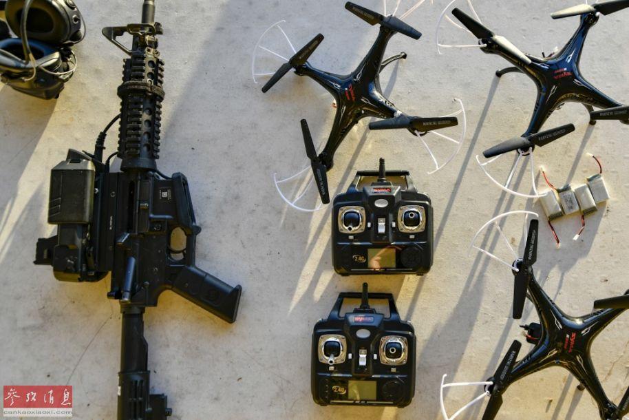 """参与测试的加装有""""智能射手""""瞄具的M4卡宾枪,以及作为靶子的四轴无人机。"""