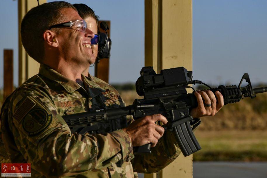 """据美国空军官网报道称,8月14日,美空军在加州比尔空军基地测试了一款绰号为""""智能射手""""的步枪智能瞄具。将""""智能射手""""安装到M4卡宾枪上,它可以在锁定目标(例如无人机)后,无论目标如何移动,智能瞄具都能确保弹药能准确命中目标。44"""