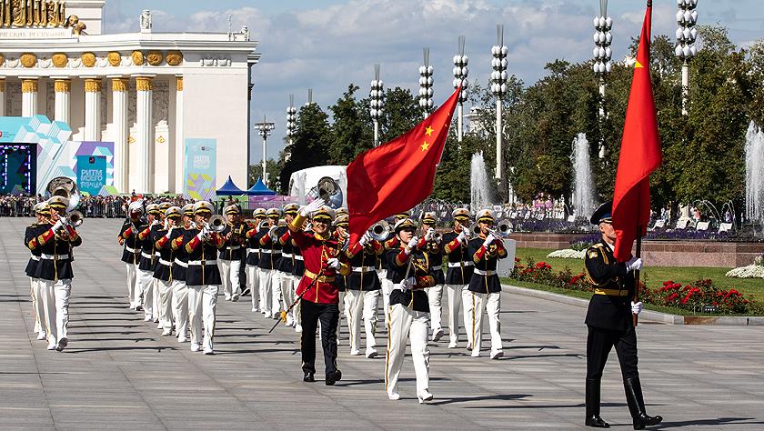 中国人民解放军军乐团为莫斯科市民巡游演出