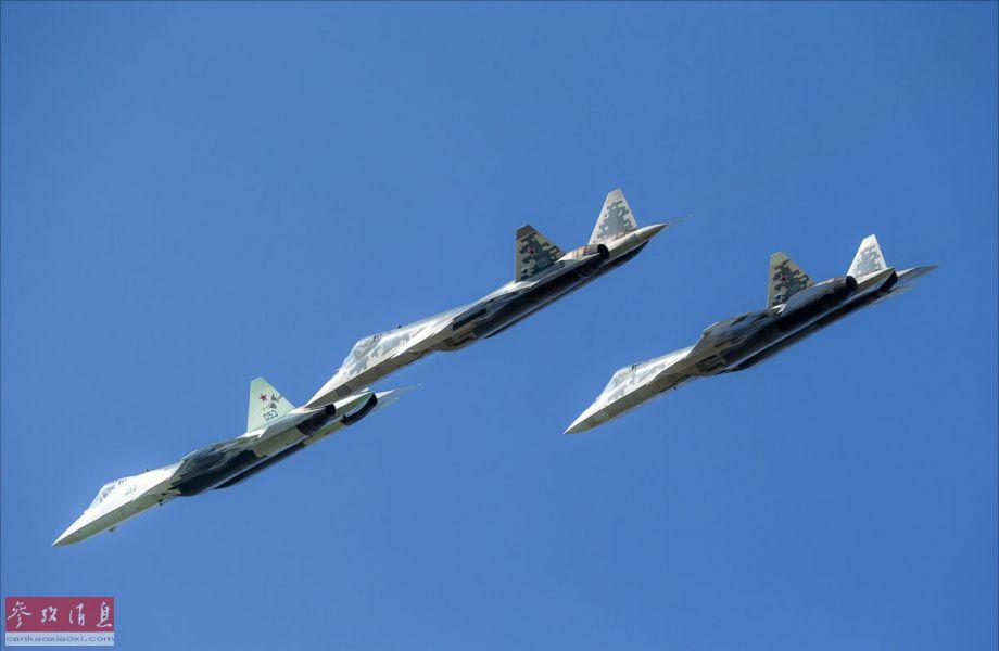 """俄军苏-57隐身战机进行三机编队飞行彩排,其中长机(编号053)垂尾还可见""""猎人""""无人战机的项目徽标。"""