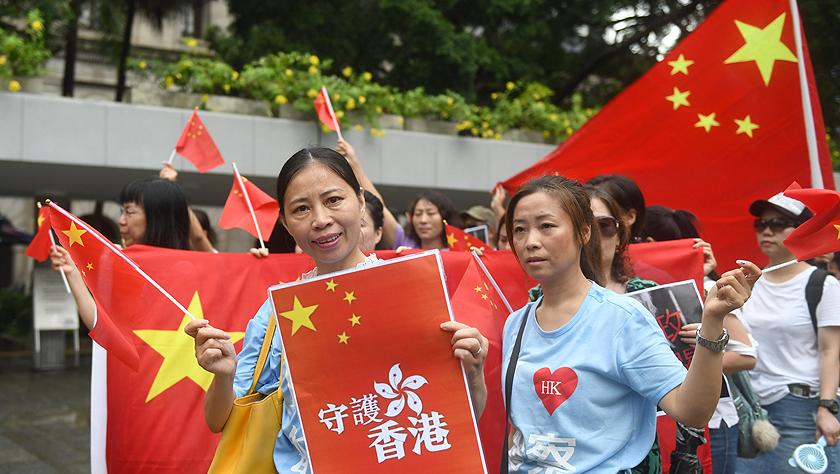 香港市民游行谴责美方插手香港事务