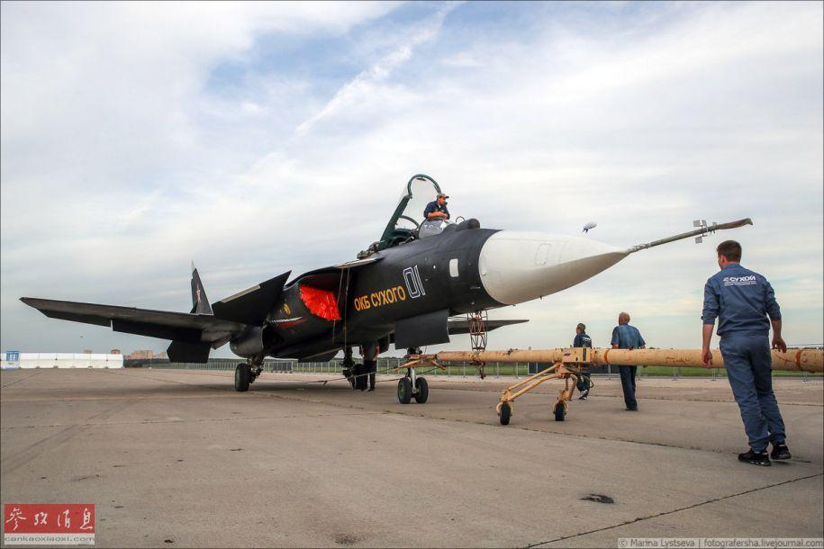 """据俄罗斯国防部报道称,莫斯科航展于8月27日正式开幕,此次航展除苏-57隐身战机等主力机型参展外,还有一位""""特殊嘉宾""""意外出现——苏-47前掠翼试验机以静态展示方式亮相,令军迷们颇为惊喜。图为以静态展示方式再现莫斯科航展的苏-47。38"""