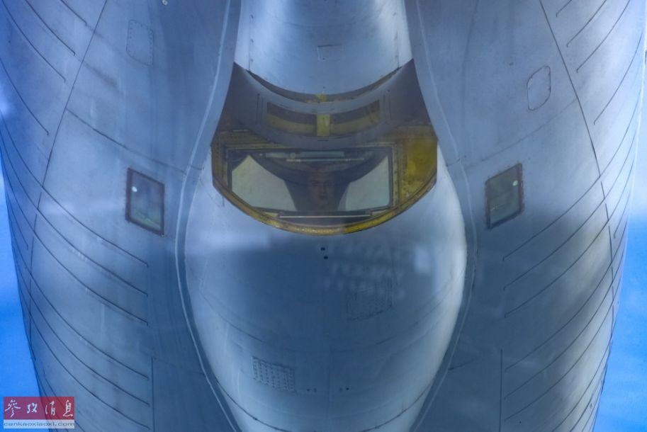 KC-135加油机尾部加油管操作员特写照片,连表情都能看清楚。