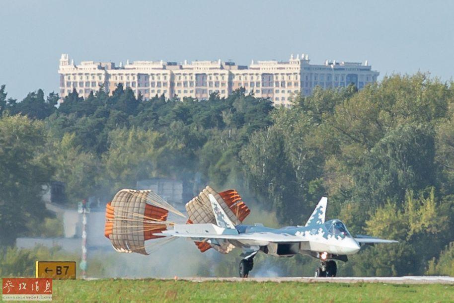 苏-57着陆后,减速伞及机上制动系统全部开启,缩短着陆滑跑距离。
