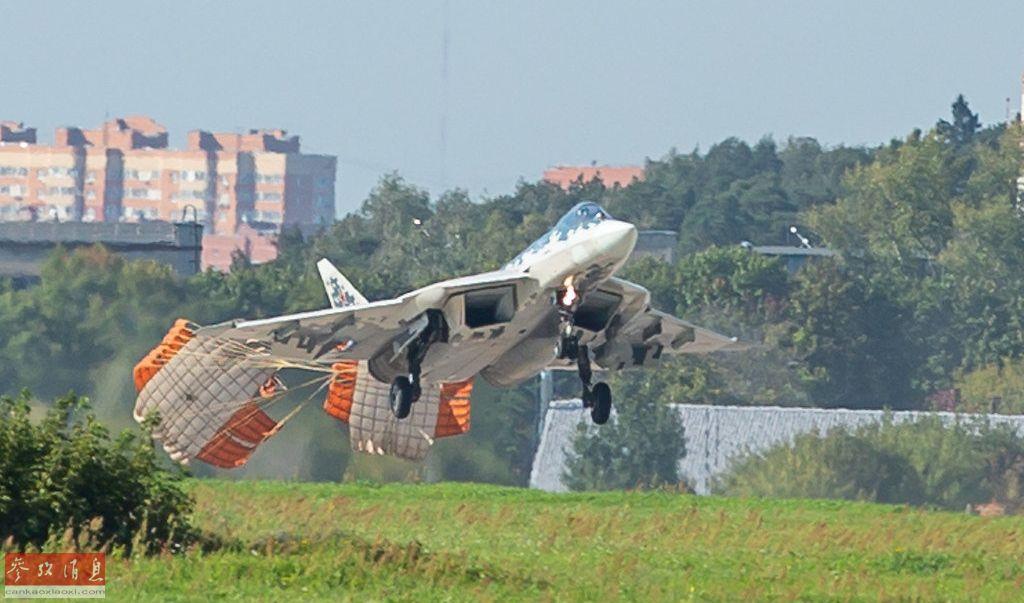 """减速伞,主要用来缩短战机在着陆时的滑跑距离,通常在落地后才会开启。但在近日举行的莫斯科航展上,俄军苏-57隐身战机表演了一把罕见的""""空中拉手刹""""特技,在下降的半空中就开启了双减速伞。这一特技除要求飞行员驾机技术过硬外,对苏-57的(野战起降用)起落架设计也是一大考验。32"""