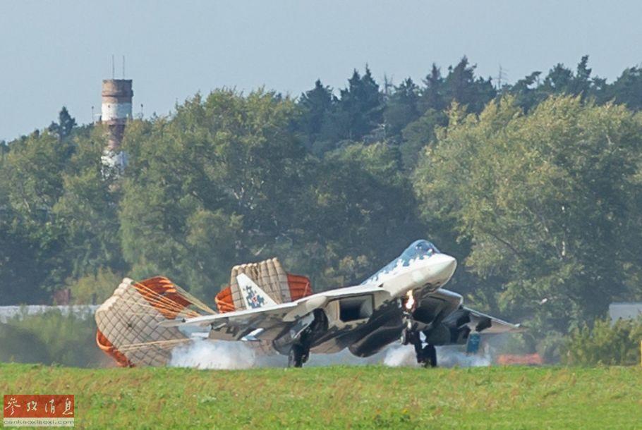 苏-57战机着陆瞬间,可见主起落架擦地瞬间冒出的白烟。