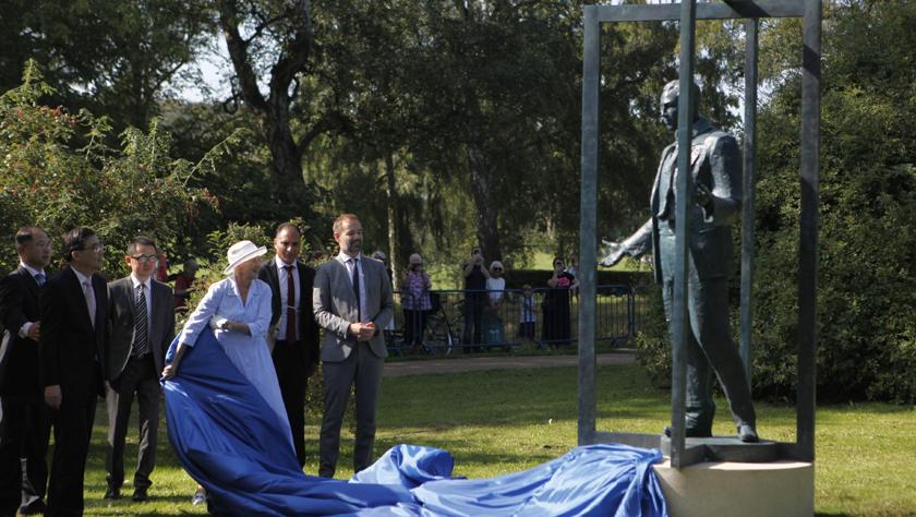 丹麦女王为中国捐赠的辛德贝格雕像揭幕