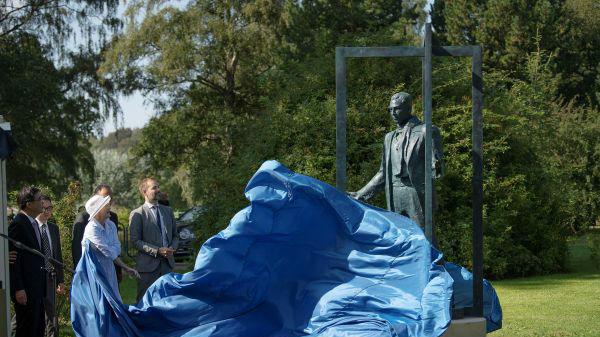 """南京大屠杀""""丹麦英雄""""雕像揭幕 中国人民永远铭记他"""