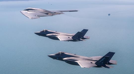 飞行黄金!美3架隐身B-2轰炸机部署英国