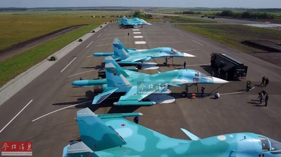 近日,俄空天军部署在中央军区的苏-34混编战机部队,在鞑靼斯坦共和国境内的高速公路进行了紧急备战起降演练。图为在高速公路备降加油站进行加油的俄军苏-34机群。23