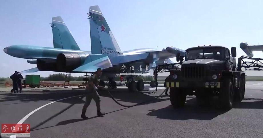 """演练中,俄军首次使用野战自动化集中加油系统。该系统包括6个野战加油站,每分钟可加注超过500升航空燃油,能在10分钟内同时为6架战机加油,可大幅缩短苏-34战机部队的战场""""暴露时间""""(容易遭敌军发现并打击)以及""""再出击""""频率。"""