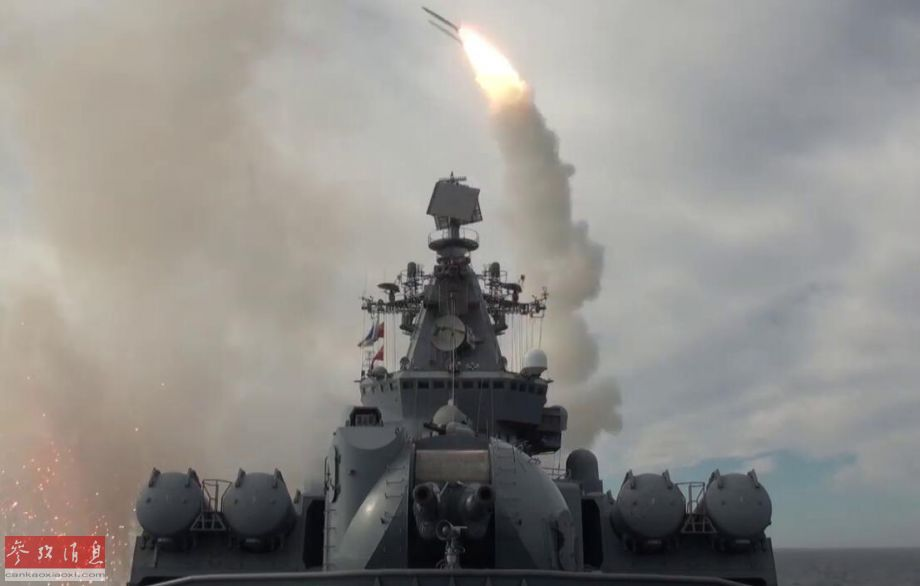 """据俄罗斯国防部报道称,9月3日,俄海军太平洋舰队旗舰""""瓦良格""""号导弹巡洋舰率领多艘舰艇,在位于俄远东地区的鄂霍茨克海进行实弹打靶演习,演习中至少发射了20多枚各型导弹。图为""""瓦良格""""号发射SA-N-6远程舰空导弹拦截来袭目标。20"""