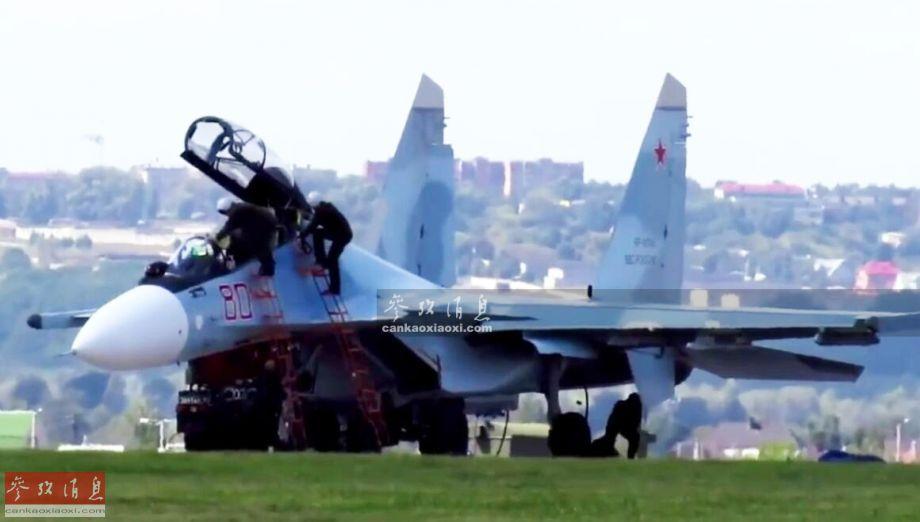 """近日,位于俄西部军区的库尔斯克-哈利诺空军基地举行了一场特殊的反劫机作战展示,场面堪比谍战电影,但不乏实战细节。图为""""外国间谍""""进入苏-30SM战机座舱,准备劫机起飞。44"""