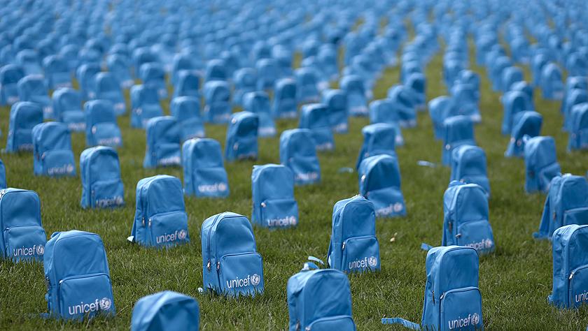 """纽约联合国总部:3758只书包""""墓碑"""""""