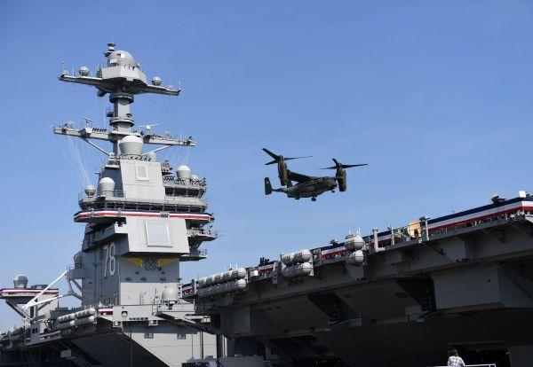 """资料图:在美国弗吉尼亚州诺福克海军基地,一架海军陆战队MV-22B鱼鹰旋翼机降落在""""福特""""号航母上。 新华社记者殷博古摄"""