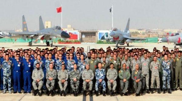中巴两国空军参演人员合影(《今日巴基斯坦报》网站)