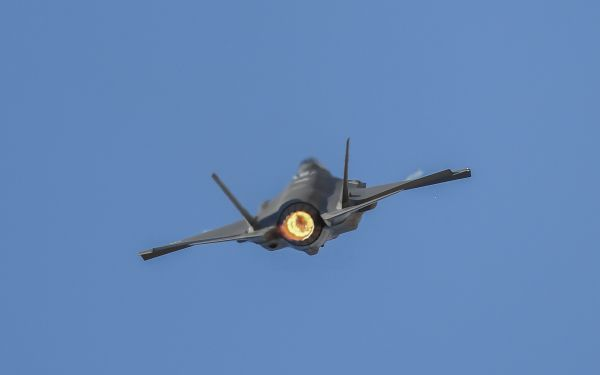 资料图:2019年2月28日,在澳大利亚墨尔本,澳大利亚国防军F-35战机在澳大利亚国际航空展期间进行飞行表演。新华社记者 白雪飞 摄