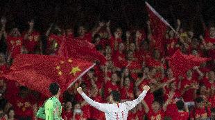 锐参考| 深夜,当他披上中国国旗时,全场沸腾了——
